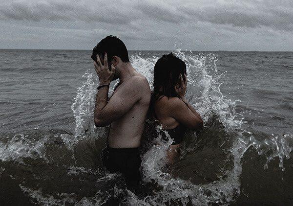 Chàng trai và cô gái chia tay đau khổ
